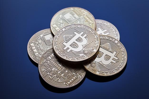 Heuvel van cryptovaluta bitcoin op blauw