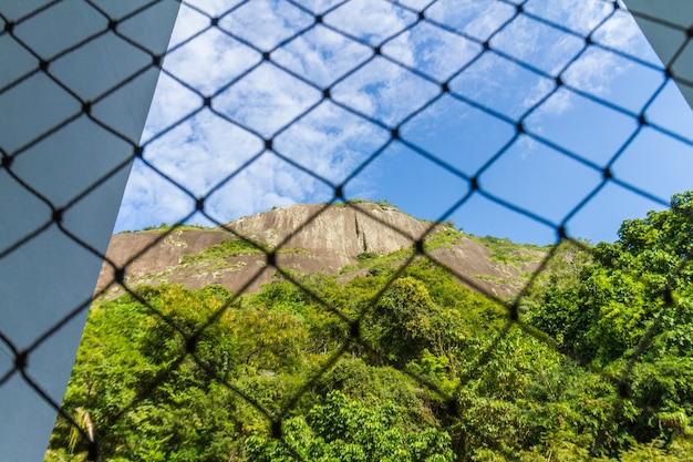Heuvel van de geiten gezien de wijk copacabana in rio de janeiro, brazilië.