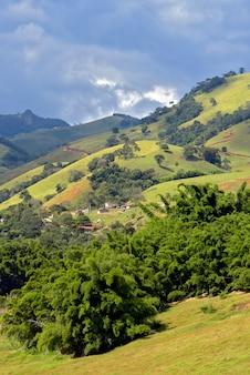 Heuvel van de serra da mantiqueira, met weiland en stukken atlantische woud