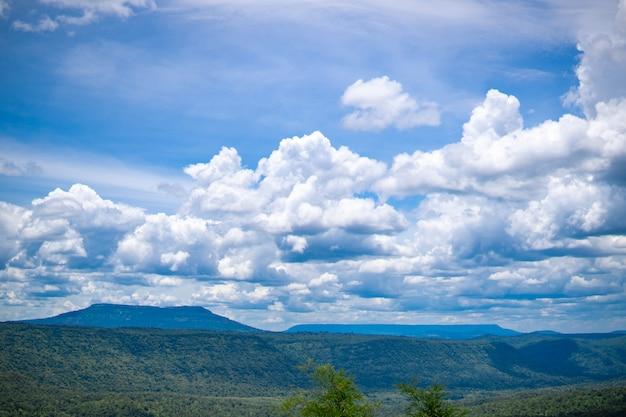 Heuvels en hemel bij de zomer