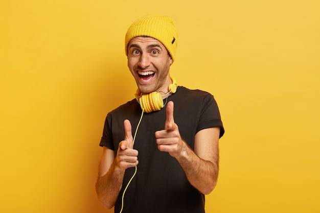 Hey, je bent gekozen! gelukkig vrolijke man wijst wijsvingers op camera