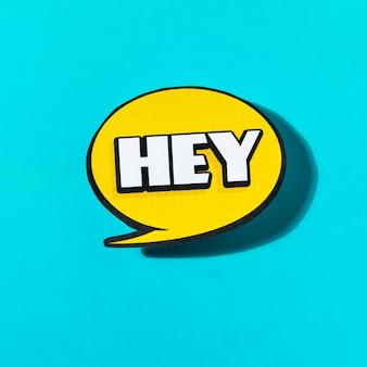 Hey-tekst op gele tekstballon op blauwe achtergrond