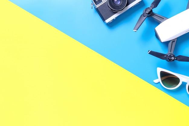 Hi-tech reismagentoestel en toebehoren op blauwe en roze gele exemplaarruimte