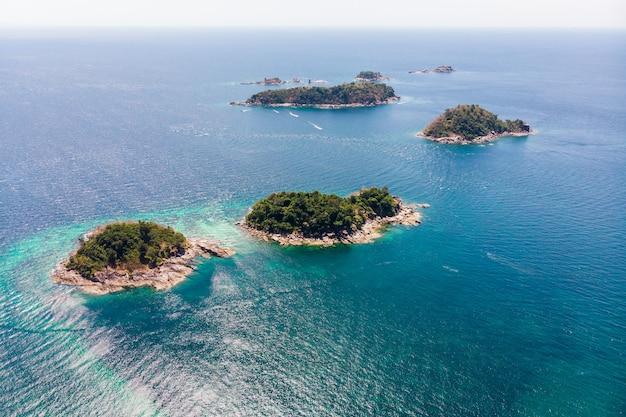 Hierboven van de archipel in tropische zee bij het eiland lipe