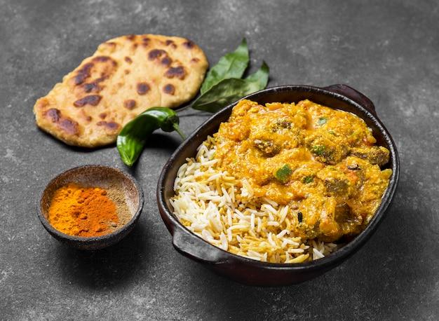 High-angle assortiment met een heerlijke pakistaanse maaltijd