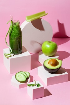 High-angle smoothie met komkommers, avocado en appel
