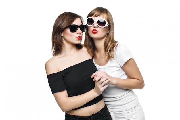 High-fashion. glamoureuze stijlvolle jonge vrouwen model met rode lippen in een zwart-wit felle hipster kleding en zonnebril.
