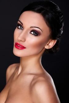 High fashion look.glamor close-up portret van mooie sexy blanke jonge vrouw model met rode lippen, lichte make-up, met perfecte schone huid geïsoleerd op zwart