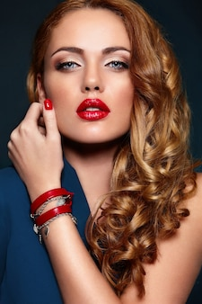 High fashion look.glamor close-up portret van mooie sexy stijlvolle blond blanke jonge vrouw model met lichte make-up