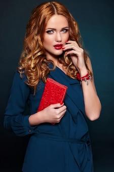 High fashion look.glamor close-up portret van mooie sexy stijlvolle blond blanke jonge vrouw model met lichte make-up