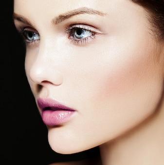 High fashion look.glamor close-up schoonheid portret van mooie blanke jonge vrouw model met naakt make-up met perfecte schone huid met kleurrijke roze lippen