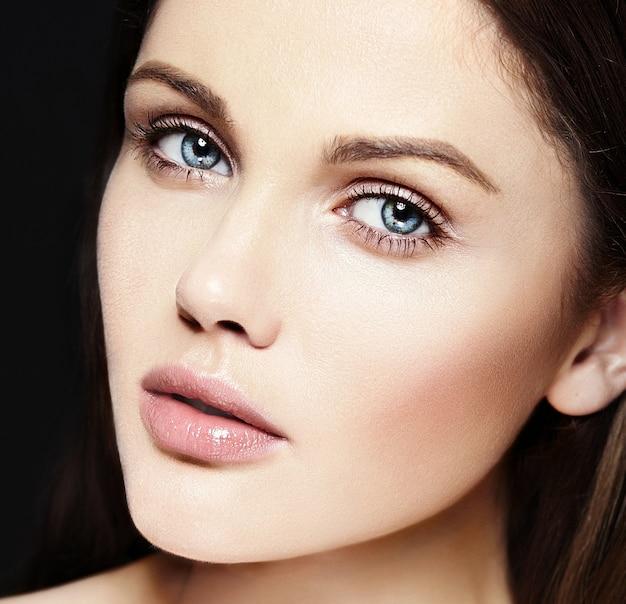High fashion look.glamor close-up schoonheid portret van mooie blanke jonge vrouw model met naakt make-up met perfecte schone huid