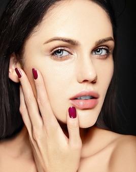 High fashion look.glamor close-up schoonheid portret van mooie blanke jonge vrouw model zonder make-up met perfecte schone huid