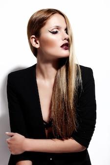 High fashion look.glamor portret van mooie sexy stijlvolle blanke jonge vrouw model in zwarte doek met lichte make-up