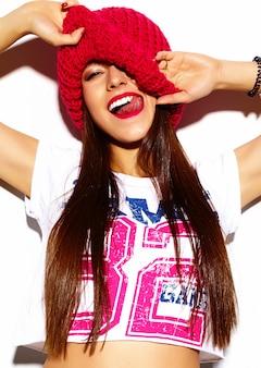 High fashion look.glamor stijlvolle mooie jonge vrouw model met rode lippen in doek van de zomer de heldere kleurrijke hipster