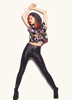 High fashion look.glamor stijlvolle mooie jonge vrouw model met rode lippen in hipster doek in beanie