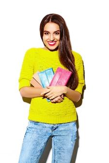 High fashion look.glamor stijlvolle sexy lachende mooie jonge vrouw model in zomer heldere gele casual hipster doek met clutch portemonnee