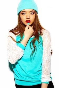 High fashion look.glamor stijlvolle sexy mooie jonge brunette vrouw model in zomer helder blauwe hipster doek in beanie