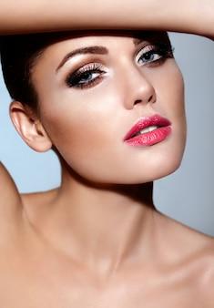 High fashion look. glamour close-up portret van mooie sexy blanke jonge brunette vrouw model met roze lippen, lichte make-up met een perfecte schone huid