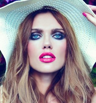 High fashion look. glamour close-up portret van mooie sexy stijlvolle blonde jonge vrouw model met lichte make-up en roze lippen met perfect schone huid in hoed blauwe ogen