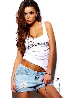High fashion look. glamour stijlvolle mooie jonge brunette vrouw model in zomer heldere hipster doek in zonnebril