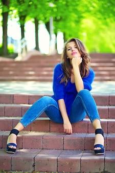 High fashion look. glamour stijlvolle sexy glimlachend mooie sensuele jonge vrouw model in zomer heldere hipster kleding in de straat