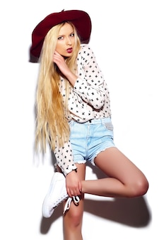 High fashion look. glamour stijlvolle sexy lachende mooie jonge blonde vrouw model in de zomer heldere jeans hipster doek in rode hoed