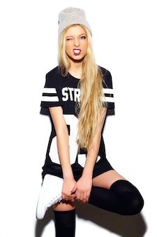 High fashion look. glamour stijlvolle sexy lachende mooie jonge blonde vrouw model in zomer casual sport doek