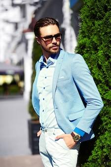 High fashion look.young stijlvolle zelfverzekerde gelukkig knappe zakenman model in pak doek levensstijl in de straat in zonnebril