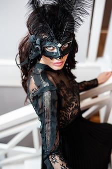 High fashion portret van elegante vrouw in zwarte jurk voor valentijn feest