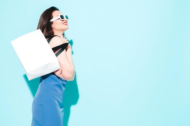 High fashion portret van jonge mooie brunette vrouw die mooie blauwe zomerjurk draagt