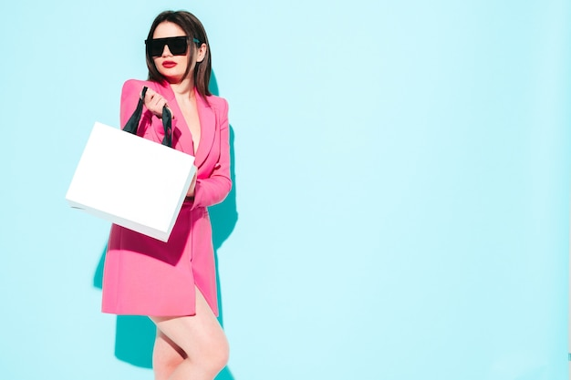 High fashion portret van jonge, mooie brunette vrouw, gekleed in een mooi roze zomerpak