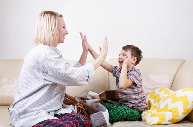 High five tussen zoon en moeder.