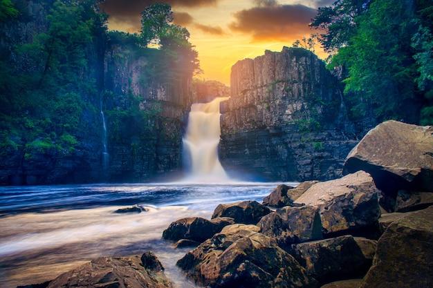 High force waterval uitzicht op de rivier de tees bij zonsondergang
