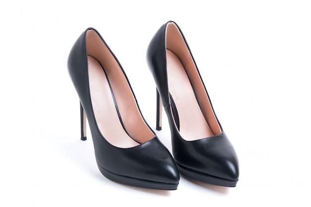 High-heeled schoenen van vrouwen die op witte achtergrond worden geïsoleerd