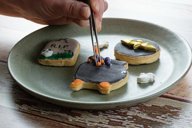 High-key foto. boterkoekje, door de bakker versierd met suikerbolletjes.
