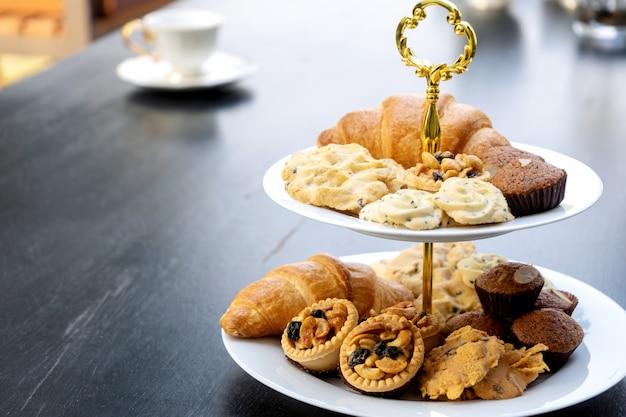 High tea-set staat op de zwarte tafel