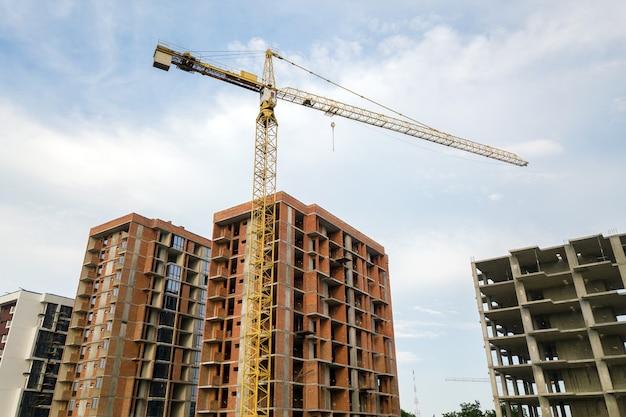 Highrise residentiële flatgebouwen en torenkraan in ontwikkeling op bouwplaats.