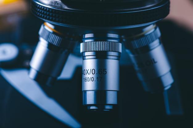 Hight-technologiemicroscoop bij medisch wetenschappelijk laboratorium