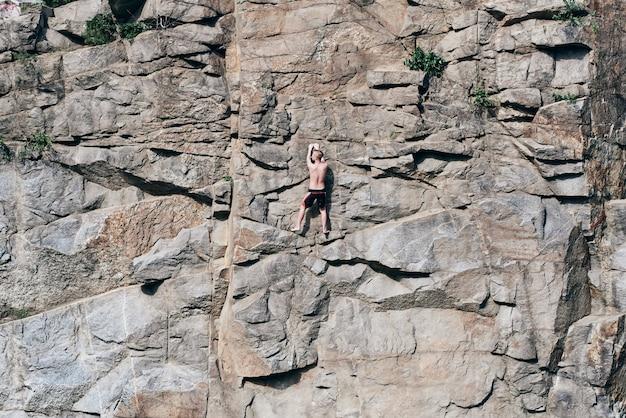 Hij klimt extreem, rotsen. kuifoppervlak, in scheuren. rots. stenen muren. onverschrokken persoon. er is geen angst.