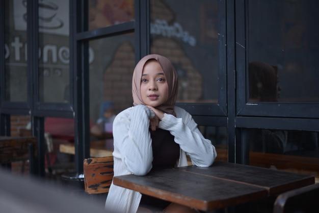 Hijab meisje in café