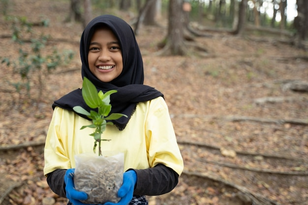 Hijab vrouw met nieuwe boom