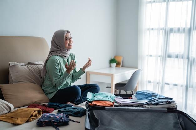 Hijab-vrouwen danken god voor de gelegenheid om umrah te gaan