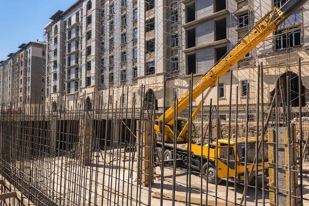 Hijsmachine op de bouwplaats