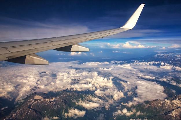 Himalaya-bergen onder wolken. uitzicht vanuit het vliegtuig