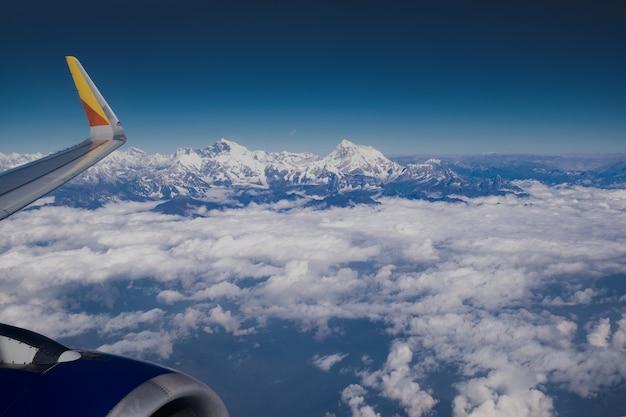 Himalaya-bergkam. zet luchtfoto everest van vliegtuig in de kant van het platteland van nepal op