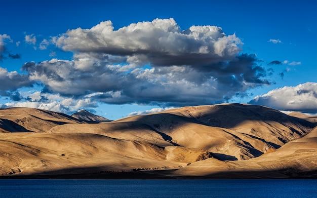 Himalaya en lake tso moriri op zonsondergang. ladakh