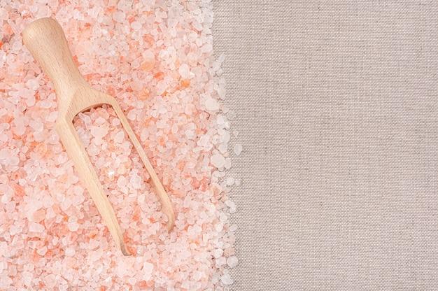 Himalaya kristal tibetaans roze grof zeezout in houten schep