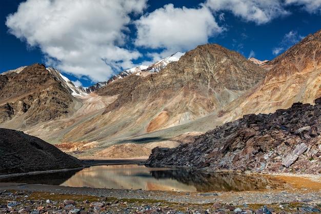 Himalaya landschap met bergmeer