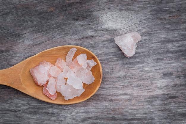 Himalaya roze zout in houten lepel op houten tafel